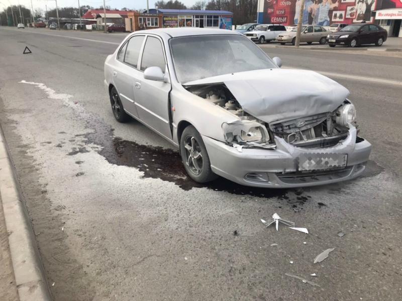 Серебристый «Акцент» въехал в иномарку на пешеходном переходе на 2-й Бетонной