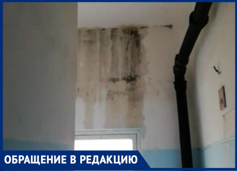 «Все залито, все валится все разрушено»: житель дома №12 по улице Мира о дожде в подъезде