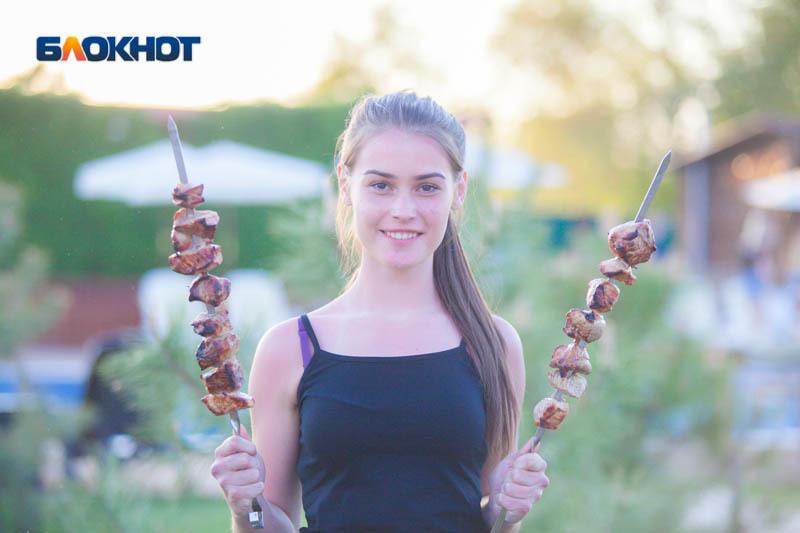 «Пахнет, как мясо»: шашлык без соли приготовила участница «Мисс Блокнот» Алина Сбитнева