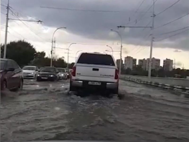 Мост в Волгодонске превратился в огромную реку