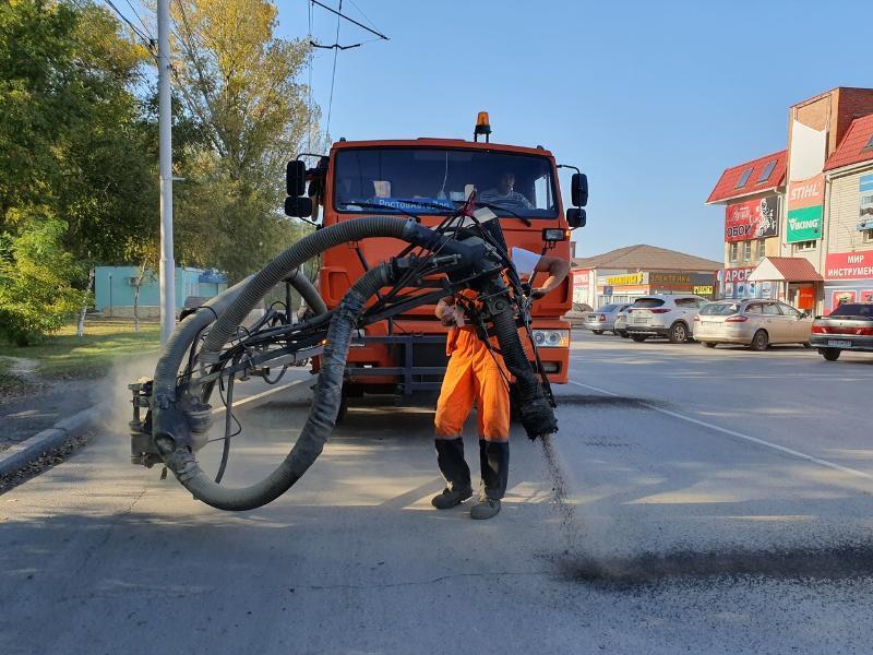 Трещины в асфальте на дорогах в «старом» городе устраняют новым способом