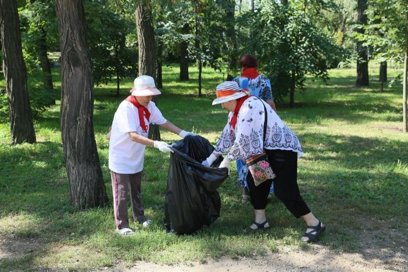 Представители старшего поколения избавили сквер «Юность» от мусора