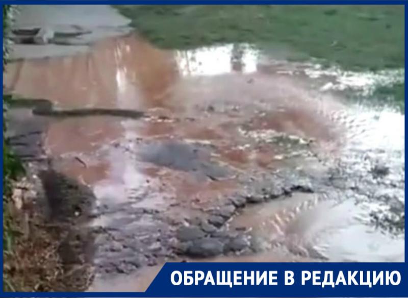 Мощный родник, бьющий из-под земли, затопил двор на Гагарина в Волгодонске