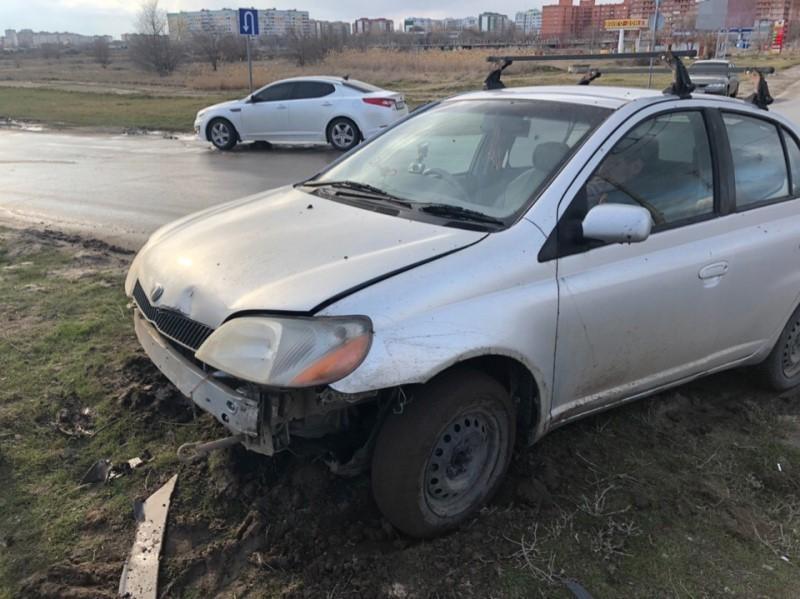 Пьяный водитель «Тойоты» забыл повернуть и влетел на газон на Жуковском шоссе