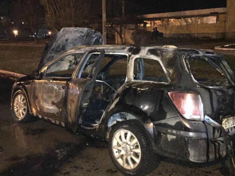 «Опель Астра» сгорел дотла в квартале В-16 в Волгодонске