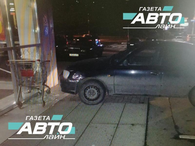 18-летний волгодонец въехал в здание гипермаркета на Курчатова