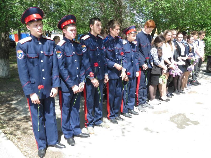 Юные казаки Волгодонска возложили цветы к братской могиле