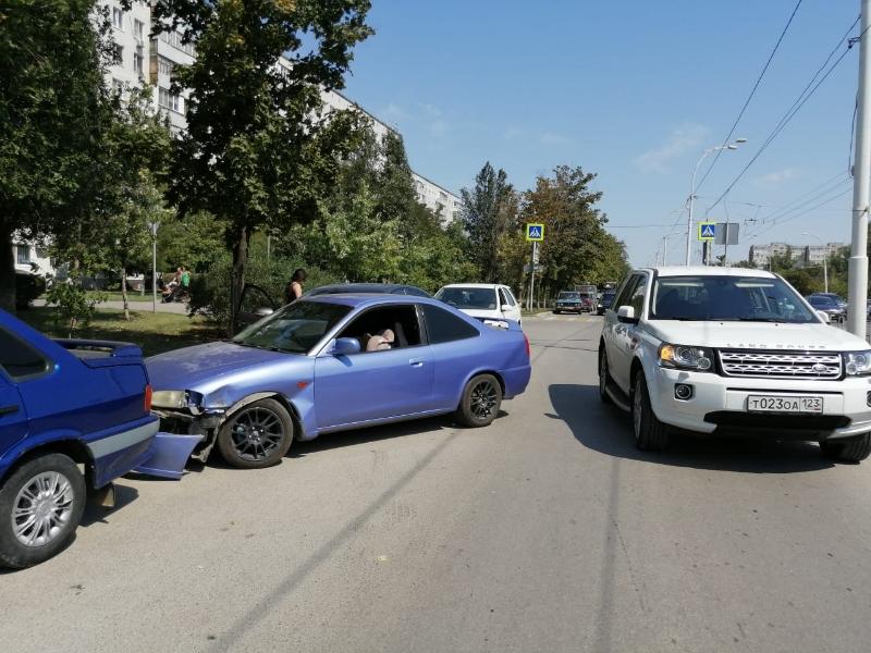 Четыре автомобиля столкнулись в кармане на проспекте Строителей