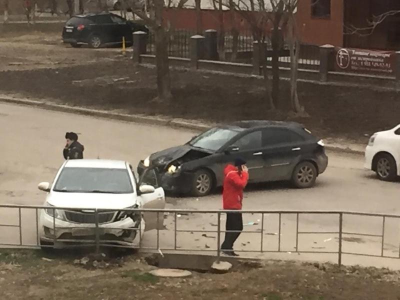 Две иномарки не поделили поворот на Пионерской в Волгодонске