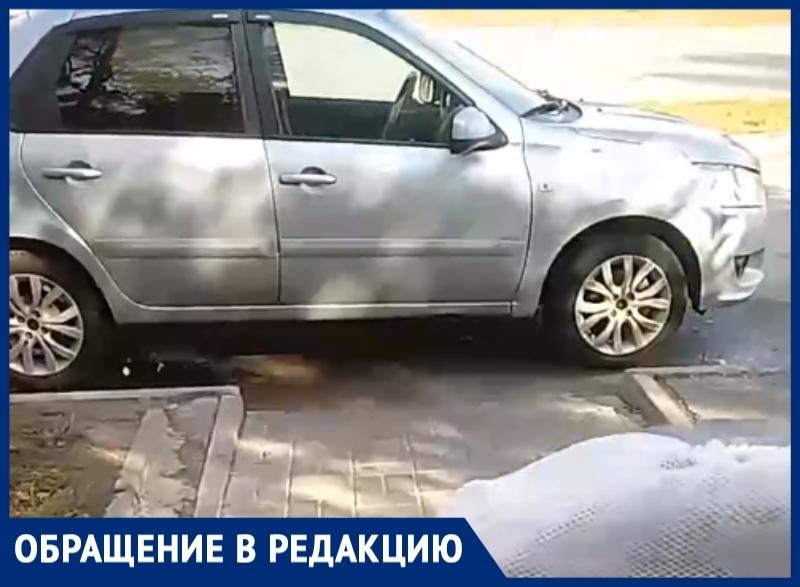 «Ни пройти ни проехать»: водитель припарковал свой авто на пешеходном переходе