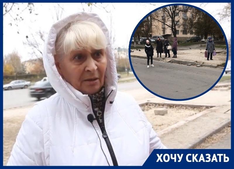 «Люди на костылях вынуждены часами стоять на ногах, ожидая автобус»: волгодонцы о сносе остановки напротив БСМП