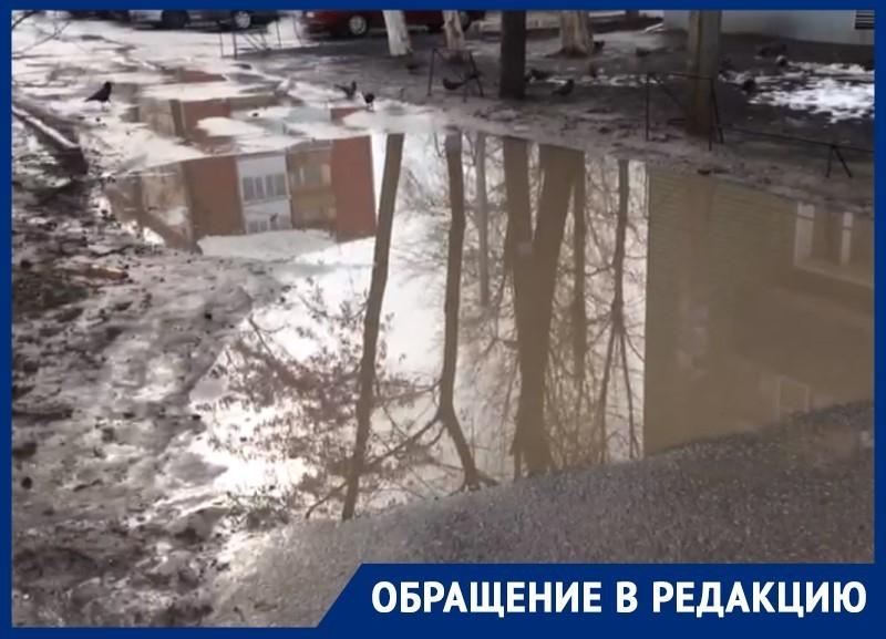 Огромная лужа между домами на Горького препятствует проходу волгодонцев