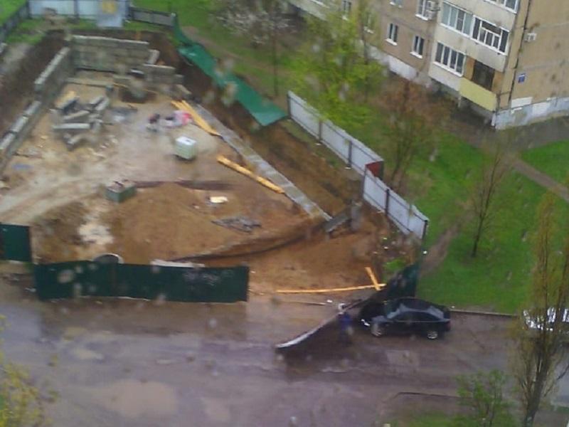 Металлический забор на скандальной стройке упал на автомобиль на проспекте Курчатова