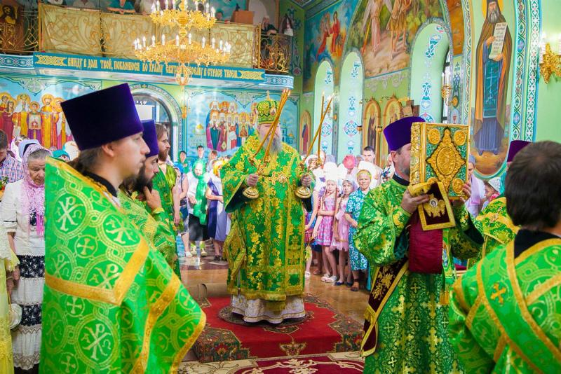 В день Святой Троицы в храмах Волгодонска состоялись праздничные службы