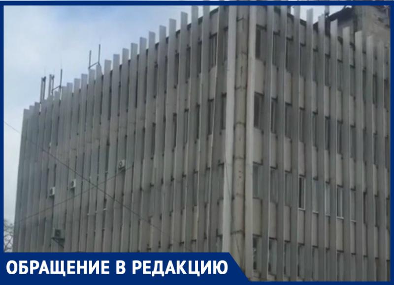 Опасаясь за свою жизнь волгодонцы просят починить фасад Дома быта «Радуга»