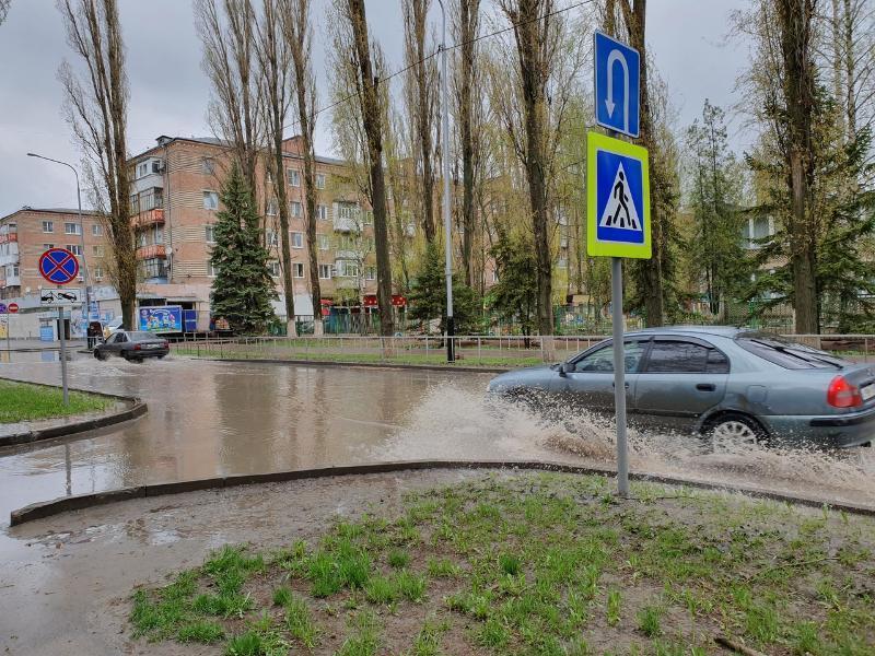 Непрекращающийся дождь превратил улицы Волгодонска в широкие реки