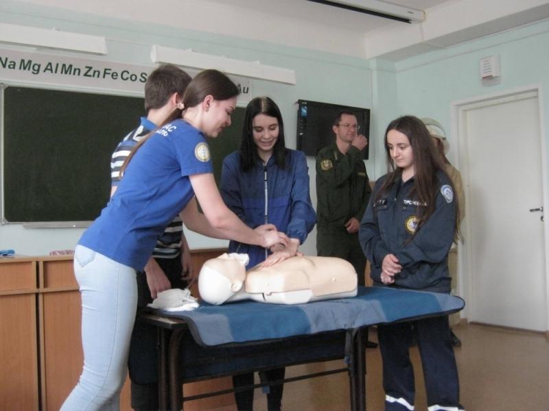 Огнеборцы научили студентов и преподавателей ВТИТБиД оказанию первой помощи