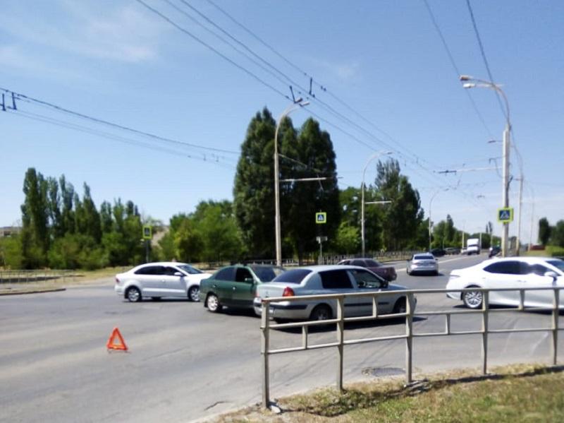 На «проклятом» перекрестке в Волгодонске столкнулись две легковушки