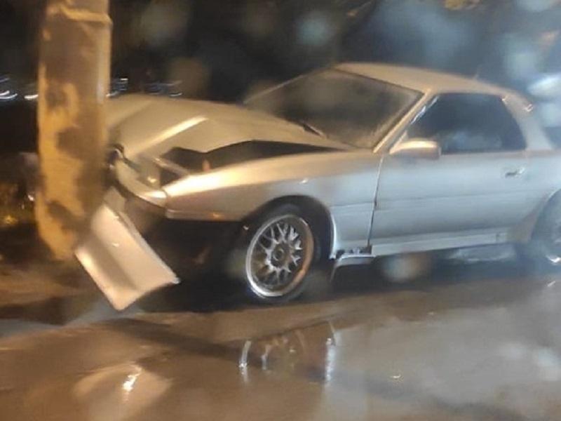 Раритетная «Тойота Супра» попала в ливневку и врезалась в столб на Курчатова