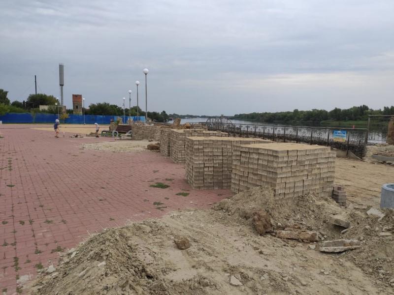 На набережной в станице Романовской активно ведется замена тротуарной плитки