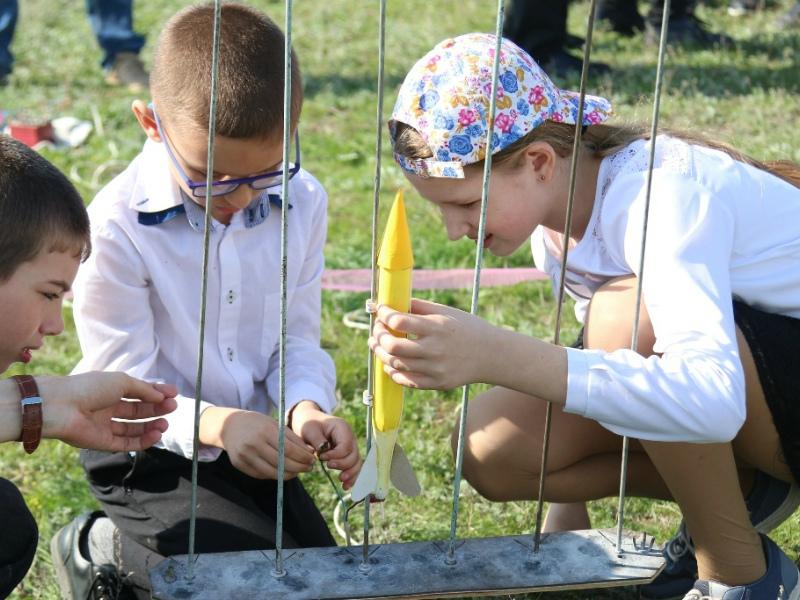 22 ракеты взлетели в небо с подачи юных волгодонцев в День космонавтики
