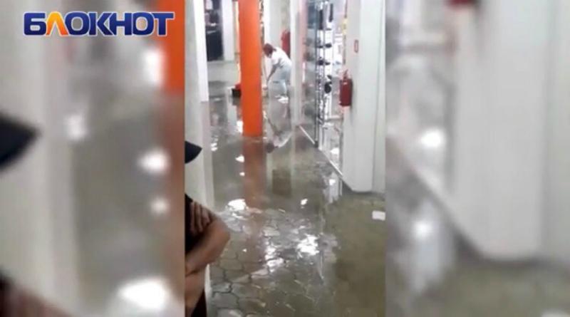 Сильный ливень затопил первый этаж торгового комплекса «Олимп»