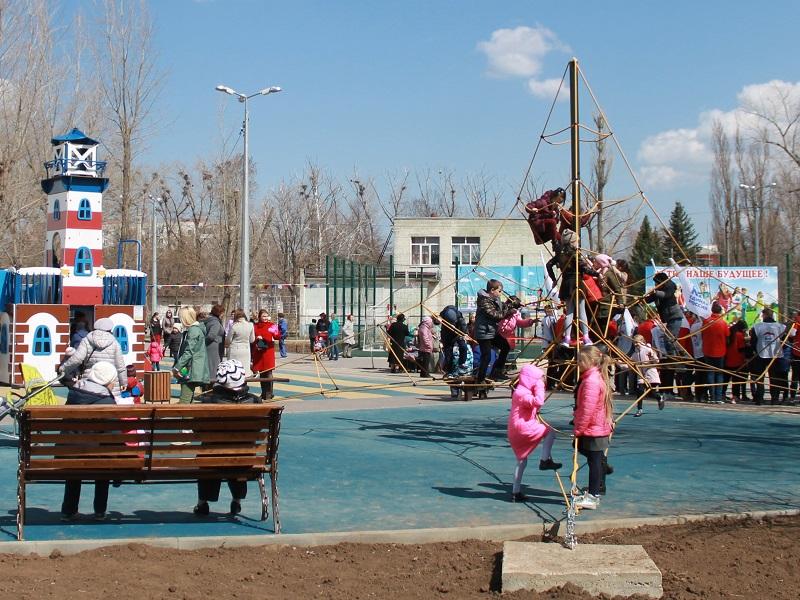 В Волгодонске открыли двор с игрушечным маяком и «канатным деревом» для детей