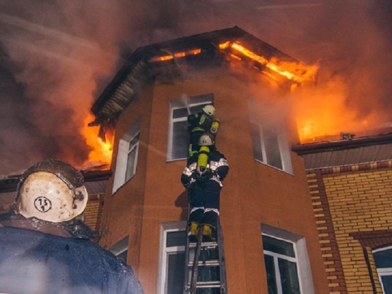 Из горящего коттеджа в элитном районе Волгодонска спасли людей