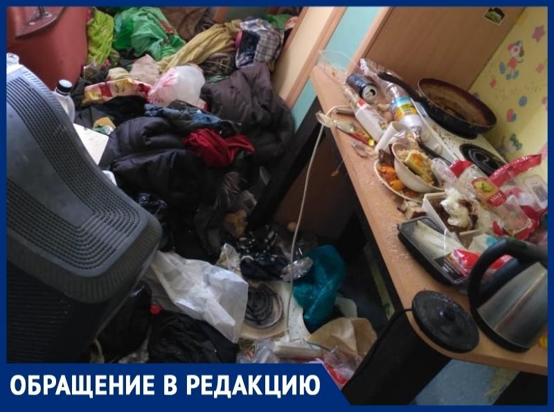 Горы мусора в комнате складирует сосед по квартире 62-летней волгодончанки