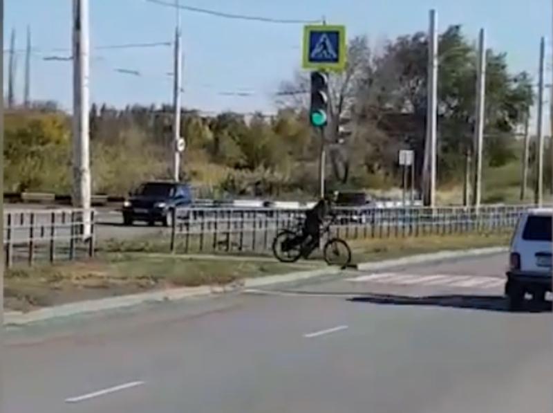 Велосипедист-нарушитель проехал по «зебре» на красный сигнал светофора