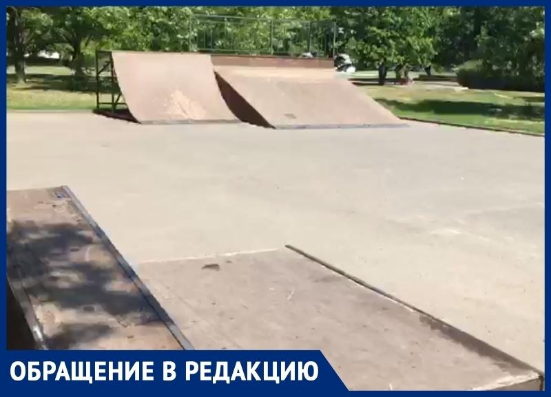 Волгодонец обратил внимание на отсутствие скамеек и горы мусора в скейт-парке за ДК