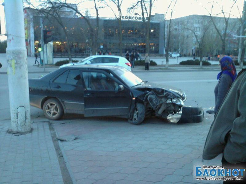 Автомобиль с женщиной и ребенком врезался в столб