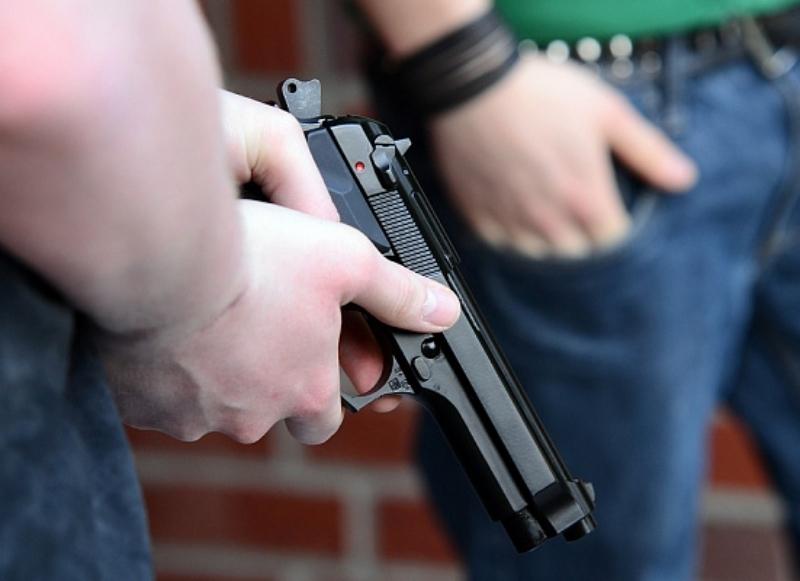 Три молодых парня, угрожая пневматическим оружием, отобрали телефон у волгодонца