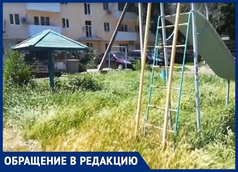 Холмики с травой вместо песочниц на детской площадке возмутили волгодонцев