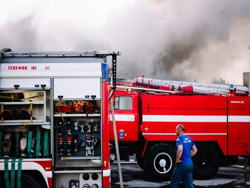 За десять минут удалось потушить пожар в бесхозном строении в Волгодонске