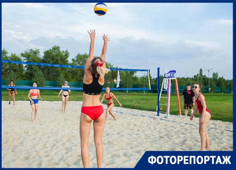 Опытные спортсменки разгромили девушек в красных купальниках на турнире по пляжному волейболу