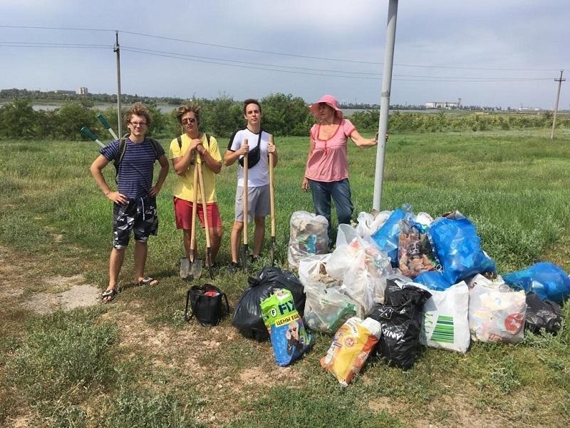 Активисты нашли на берегу залива в Волгодонске полтонны мусора