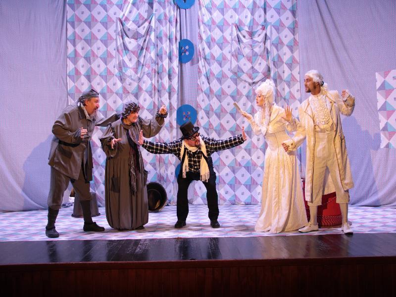 Волгодонский драмтеатр показал для гостей и жителей села Вареновка спектакль «Все мыши любят сыр»