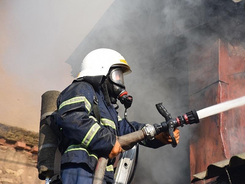 В Романовской пожарные вытащили из горящего дома человека