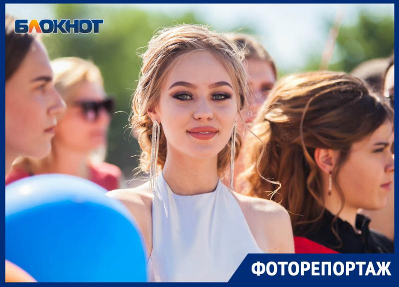 Сотни выпускников Волгодонска торжественно прошли по красной ковровой дорожке
