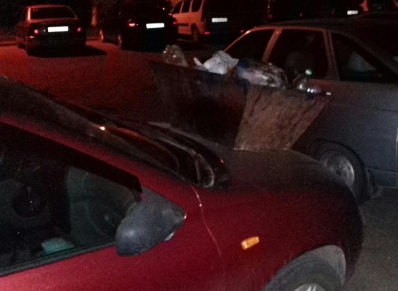 На припаркованную «Калину» волгодонцы поставили мусорный контейнер
