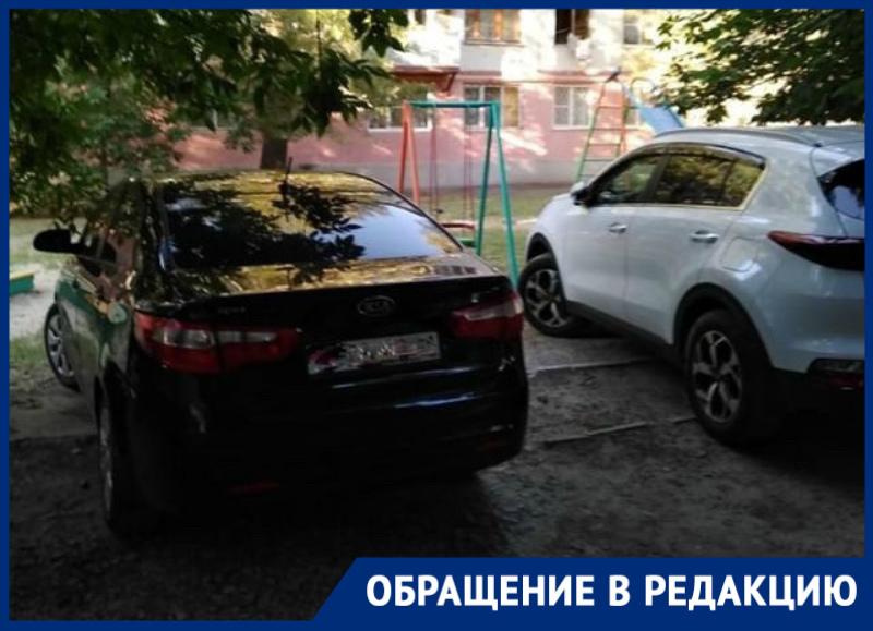 Детскую площадку на Горького в Волгодонске водители превратили в парковку