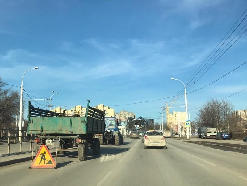 В Волгодонске приступили к уборке грязи с обочин центральных дорог