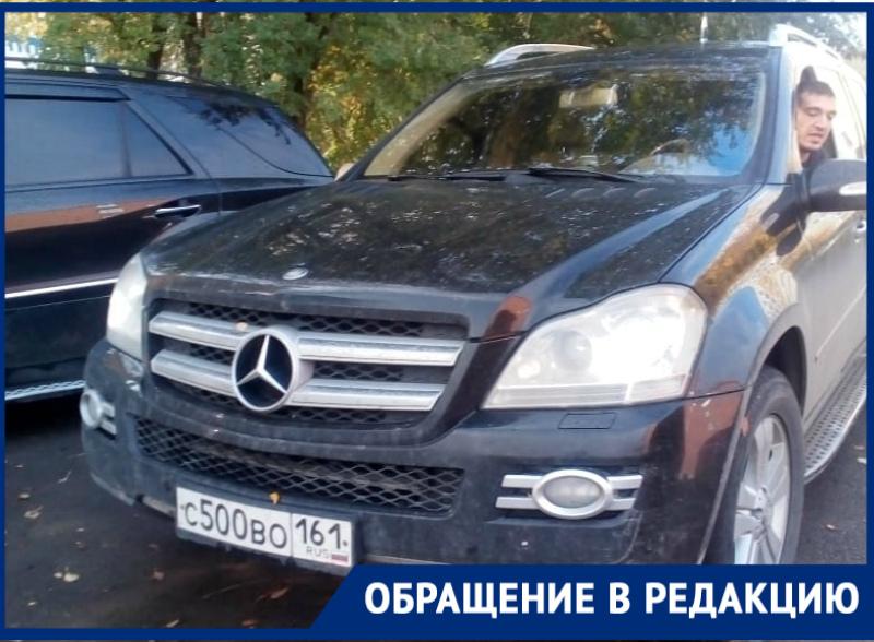 Владелец «Мерседеса» устроил ежедневную парковку на газоне в одном из дворов Волгодонска