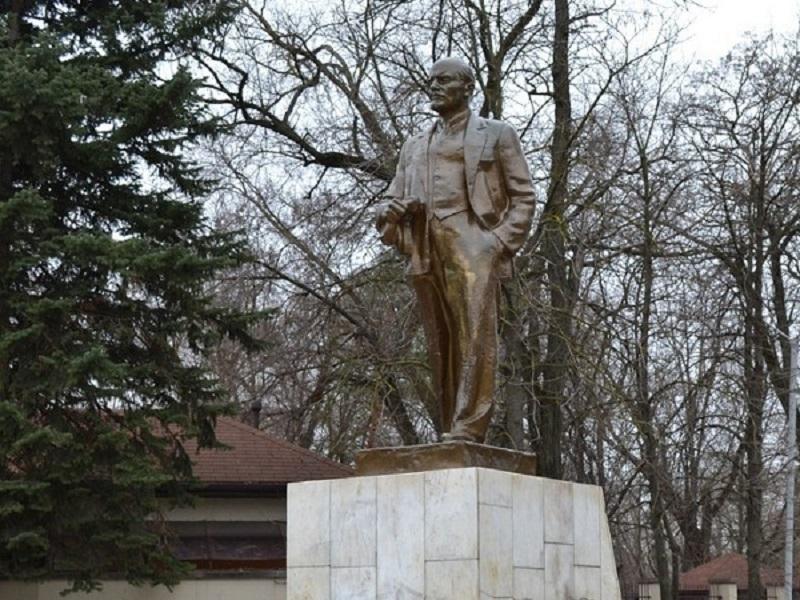 Памятники Волгодонска ждут мойка и покраска