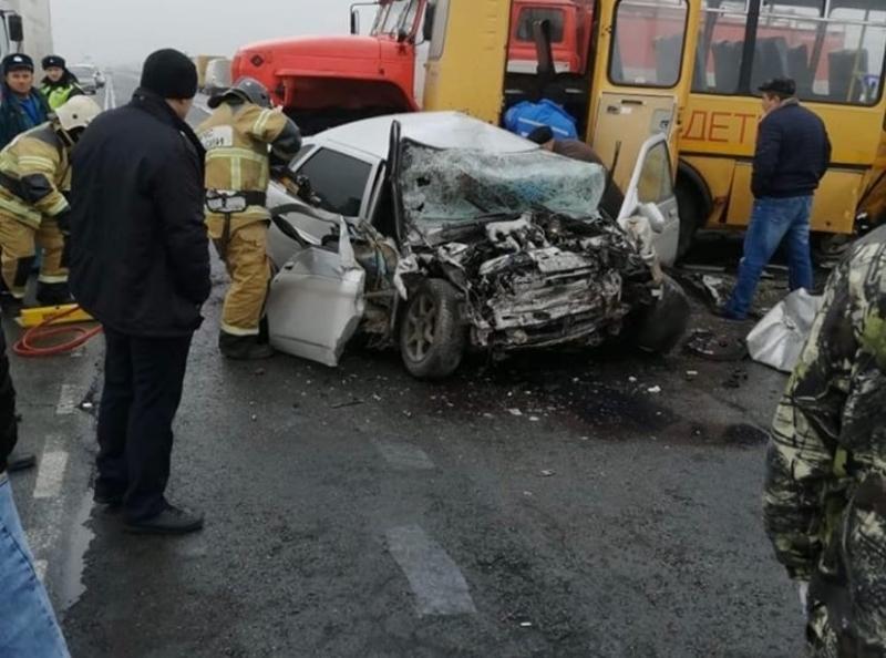 20-летний пассажир ВАЗ-2110 после ДТП со школьным автобусом скончался в больнице
