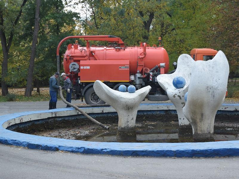 В Волгодонске отмывают фонтаны в преддверии зимы