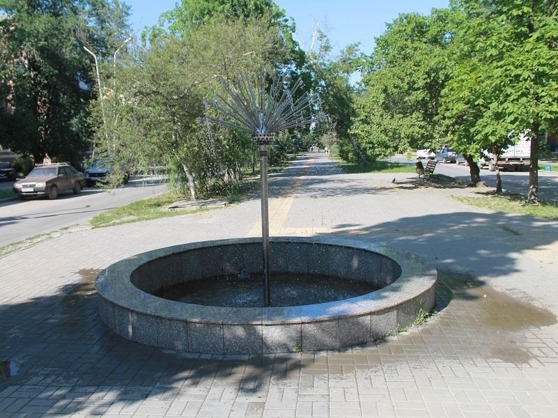 Фонтан «Одуванчик» в Волгодонске хотят укоротить из-за сдувания воды ветром