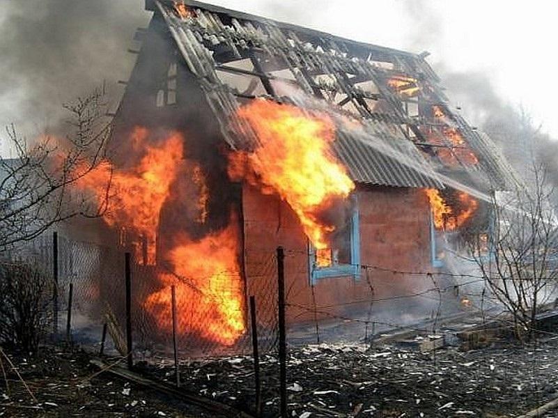 В одном из крупнейших садоводств Волгодонска ночью сгорела дача