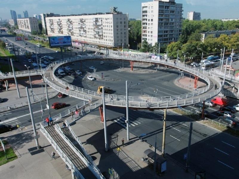 В Волгодонске могут срыть клумбу и построить пешеходный мост у Торгового центра